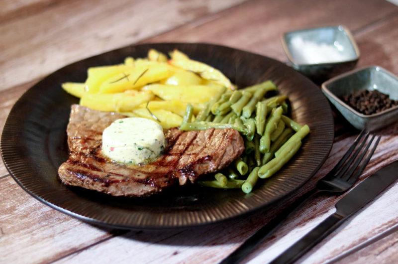 Black Angus Steaks mit Rosmarin-Kartoffeln und grünen Bohnen
