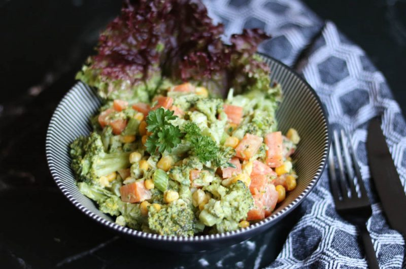 Broccolisalat in Curry-Dressing